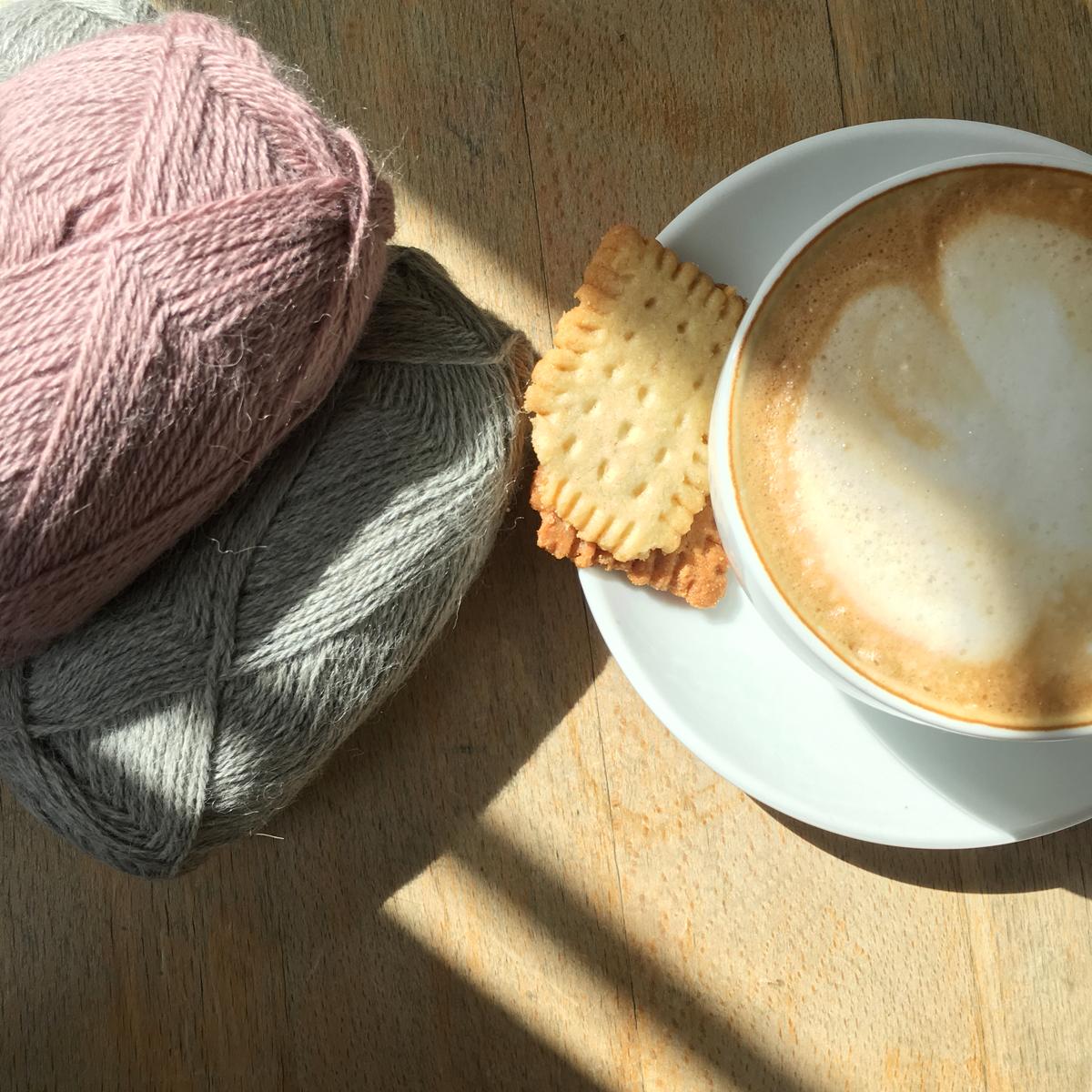 Kaffee und Alpaca-Wolle